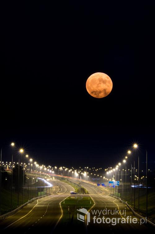 Wschód Księżyca nad budowanym wówczas węzłem Ostróda Południe.
