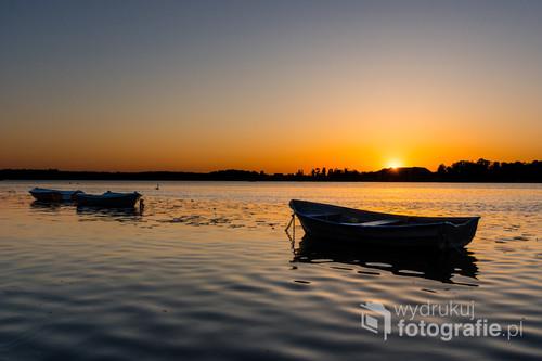 Wiosenny zachód Słońca nad Jeziorem Drwęckim w Ostródzie.