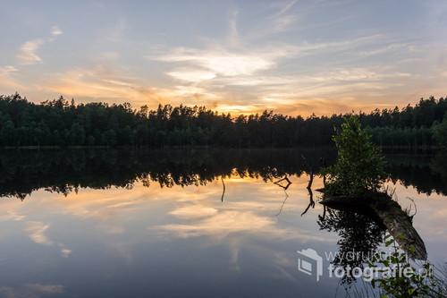 Małe jezioro leżące w Lasach Taborskich w powiecie ostródzkim.