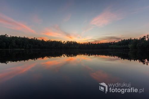 Niewielkie, ale niezwykle urokliwe jezioro położone w lesie, tuż przy lokalnej drodze.