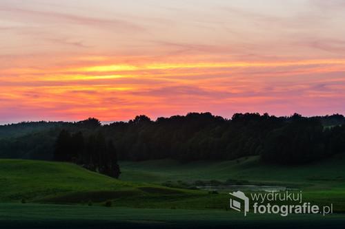 Letni zachód Słońca we wsi Lichtajny niedaleko Ostródy.