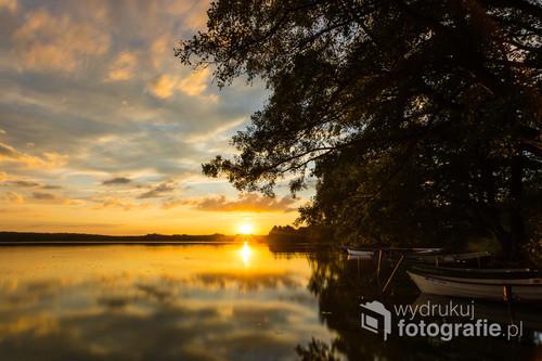 Letni zachód Słońca nad Jeziorem Gil w miejscowości Kotkowo.