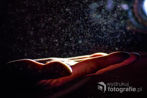 Gwiezdny pył. Światło projektora podczas wyświetlania slajdów na ścianie.