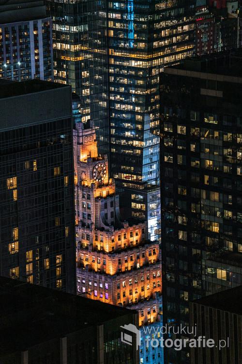 Nocny widok na wieżowce Manhattanu z perspektywy Centrum Rockefellera.