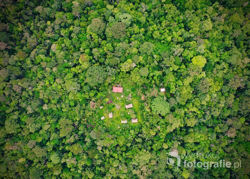 Boliwijska cześć Amazonii sfotografowana z drona. Przedstawia kilka skromnych chatek położonych na odludziu w których studenci nauk przyrodniczych odbywają zajęcia plenerowe w trakcie których mają dużą szansę na odkrycie nowych gatunków fauny i flory.