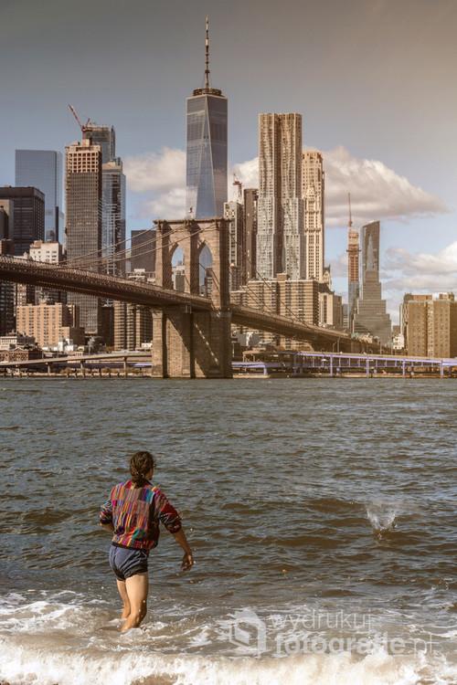 Panorama na Brooklyn Bridge i Manhattan z perspektywy Brooklynu.