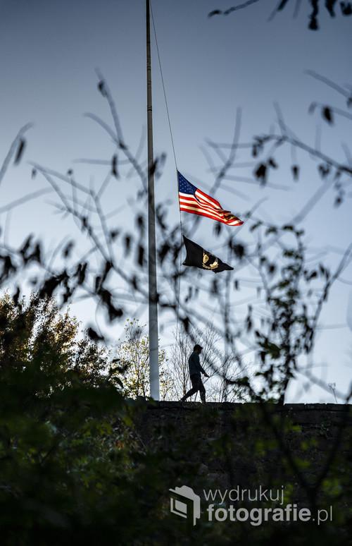 Maszt z flagą USA ukryty w zakamarkach nowojorskiego Central Parku.