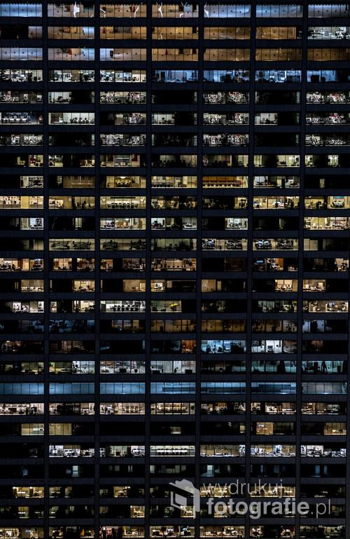 Nocne życie biurowców na Manhattanie.