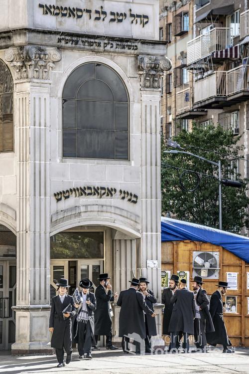 żydzi przed synagogą na Brooklynie.