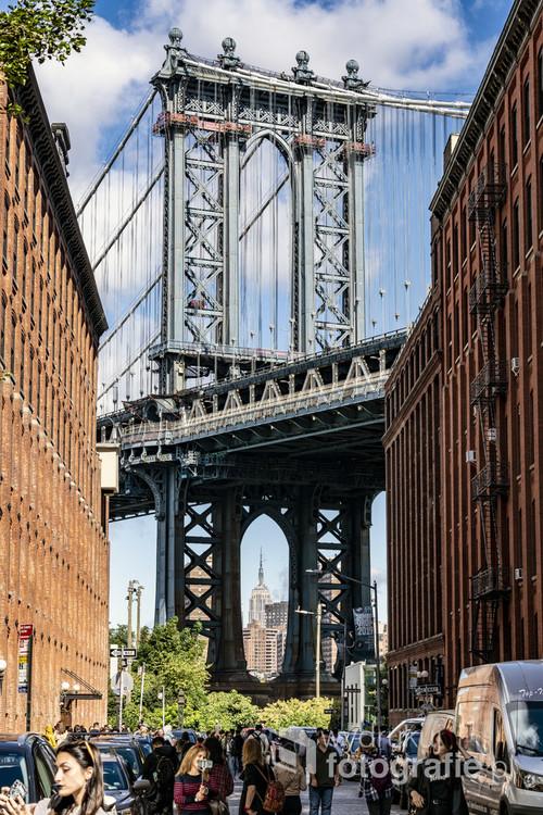 Widok na Manhattan Bridge i panoramę Manhattanu od strony Brooklynu.