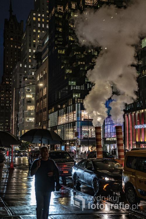 Piąta aleja w Nowym Jorku po zmroku w deszczowy wieczór.