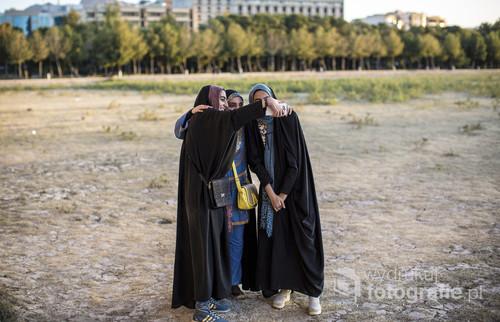 Irańskie nastolatki robią sobie selfie.