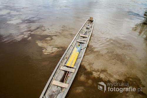 Mieszające się wody Amazonii. Jedna z nich to rzeka Beni i jej mały dopływ. Jest to naturalny kolor i zawiesina rzeki.