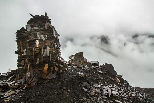 W boliwijskich wysokich Andach na szlakach i poza nimi można spotkać kurhany, konstrukcje ku czci bóstw, głównie Pacha Mamy-matki ziemi.