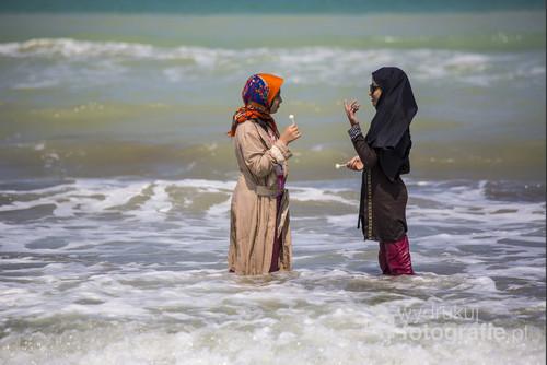 Nastolatki w trakcie relaksu w morzu Kaspijskim w
