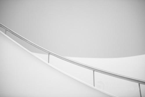 Zdjęcie zrobione w Filharmonii w Szczecinie. Pokazuje piękno minimalizmu wnętrza tego budynku.