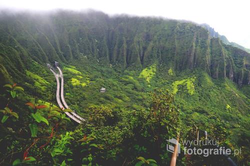 Zdjęcie pochodzi z wyspy Oahu na Hawajach. Zrobione na nielegalnej już trasie Stairway to Heaven - schody do nieba. Trasa to ponad 4000 bardzo stromych schodów, które wyniosą śmiałka wysoko ponad autostradę - przeze mnie nazwaną Highway to Hell, jako że austrada znika w górskim tunelu :) Mandat jaki grozi za złapanie na tym szlaku to $1000. Z prawej strony widać zniszczone barierki i schody, które towarzyszą całą drogę w górę.