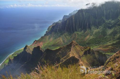 Zdjęcie pochodzi z Hawajów, z wyspy Kauai. Po kilkugodzinnej wspinaczce udało nam się dostać na szczyt i podziwiać panoramę na góry i morze. Zdjęcie zrobione zaledwie 2 dni przed nadejściem huraganu Lane, pierwszego na Hawajach od 20 lat!