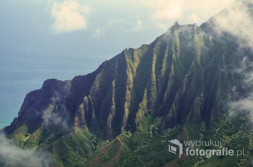 Charakterystyczny krajobraz Hawajów. Zdjęcie zrobione na wyspie Kauai w sierpniu 2018 roku, kilka dni przed atakiem huraganu Lane.