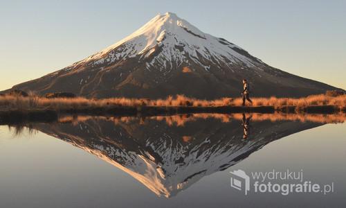 Zdjęcie zrobione podczas samotnej. kilkumiesięcznej podróży przez Nową Zelandię. Zdjęcie zrobione o Wschodzie Słońca 23 września, czyli promienie Słońca prezentowane na zdjęciu to pierwsze wiosenne promienie Słońca na półkuli południowej. Zdjęcie nagrodzone w dwóch konkursach. zdobyło też uznanie namiędzynarodowe portalach takich jak Reddit (ponad 100 tysięcy wyświetleń).