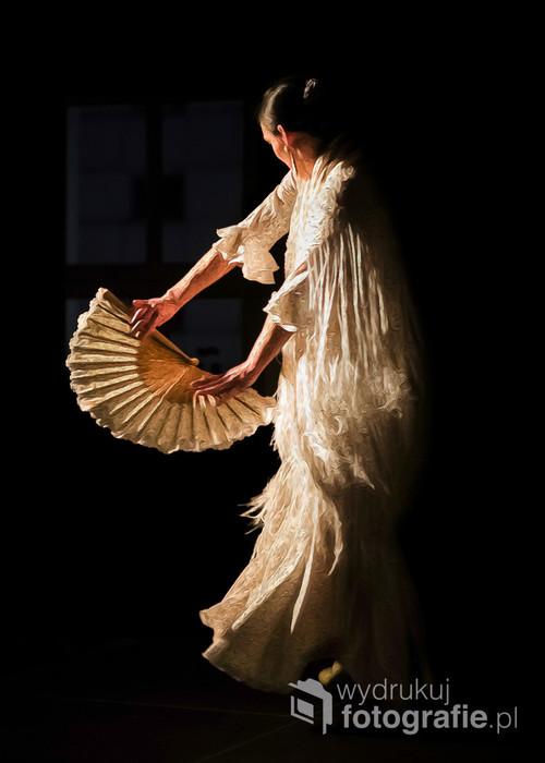 Zdjęcie przedstawia polską tancerkę i nauczycielkę flamenco, Martę Dębską (Marta Robles). Wykonane zostało podczas koncertu z cyklu