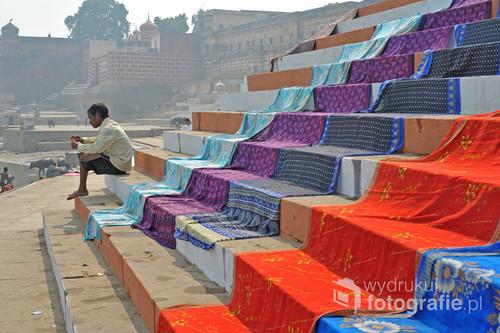 Varanasi to jedno z najstarszych miast na świecie. Hindusi wierzą w świętą moc rzeki Ganges - w jej wodach dokonują ablucji, kąpią się, piorą. Nierzadko również piją wodę ze świętej rzeki i nie chorują, chociaż rzeka jest bardzo zanieczyszczona. Na zdjęciu widzimy