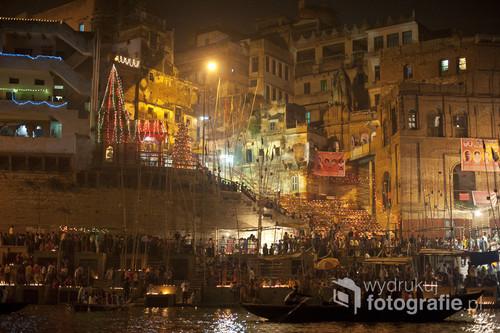 W Waranasi 10 dni po głównym święcie Diwali odbywa się Dev Diwali - Święto boskich świateł. Wyznawcy hinduizmu wierzą, że w tę noc bogowie schodzą zażyć kąpieli w Gangesie. Tysiące pielgrzymów przybywają tego dnia do Waranasi by wspólnie świętować zapalając lampki oliwne (po indyjsku