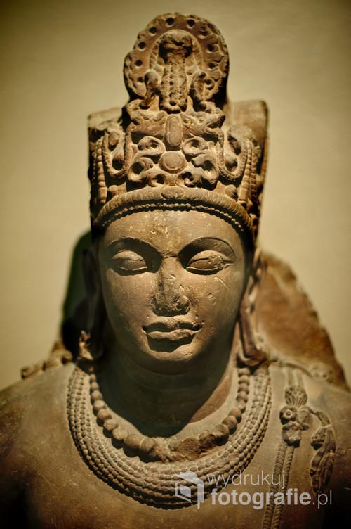Wisznu to jeden z grona bogów indyjskich symbolizujący wiedzę i siłę.  Sztuka jest nieodłącznym elementem indyjskiej kultury i religii. Rzeźba Wisznu przedstawiona na fotografii jest przepiękna w swojej niedoskonałości spowodowanej upływem czasu.