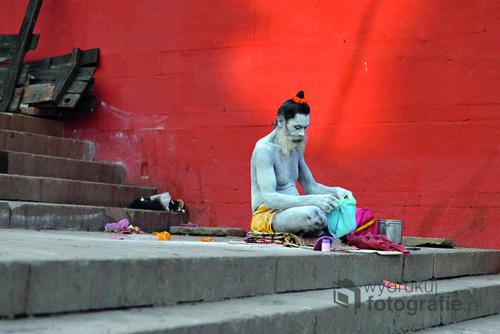 Indyjski święty mąż - sadhu - przygotowujący się do medytacji nad brzegiem Gangesu. W Indiach żyje wielu sadhu - nie posiadają oni żadnej własności materialnej, wędrują i modlą się wspierani przez społeczeństwo wierzących Hindusów.  Zdjęcie znalazło się w finale konkursu fotograficznego Fotoglob podczas festiwalu podróżniczego KOLOSY w Gdyni w 2016 r.