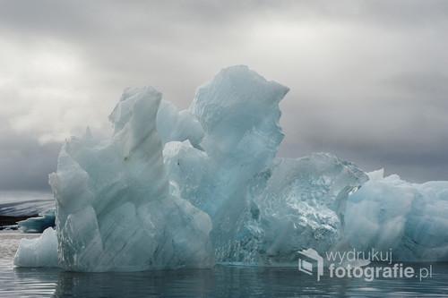 Dryfujące góry lodowe na jeziorze Jokursarlon na Islandii. Lód jest krystalicznie czysty i mieni się niezliczoną ilością odcieni błękitu.