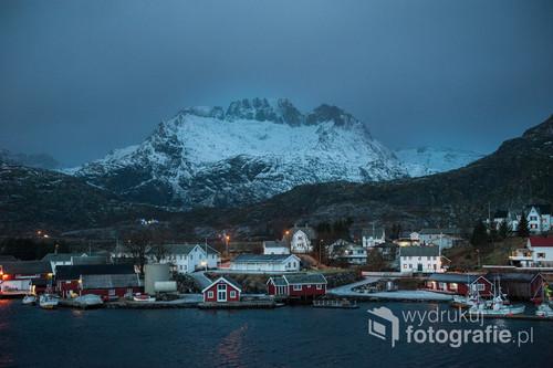 Chwila spokoju w mroźny, zimowy poranek. Lofoty to norweskie wyspy położone za kołem polarnym i w zimie spowite są w nikłym świetle i ciemnościach. Malownicza wioska rybacka Sorvagen położna jest u stóp strzelistych gór.