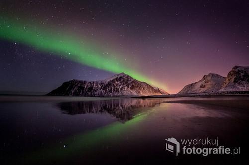 Mroźny wieczór na jednej z Lofockich plaż. Zorza polarna tańczyła na niebie dodając magii temu niezwykłemu miejscu. Lofoty, Norwegia.