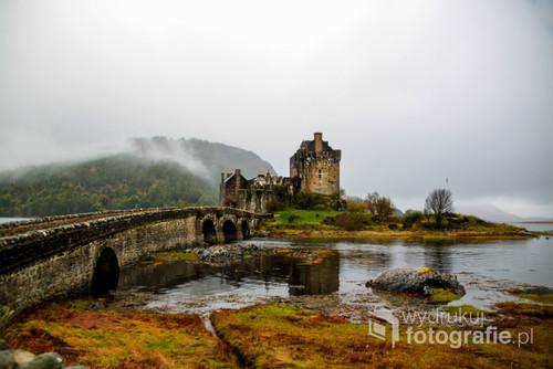 Przepiekny i urokliwy zakątek Szkocji. Rejon Highland dużo gór i zamek wśród nich dodatkowo jezioro i mgła czy można chcieć więcej Sypnęło troszke cynamonem ale wyspa na którą podróżowałem roboczo nazwaliśmy właśnie cynamonową.