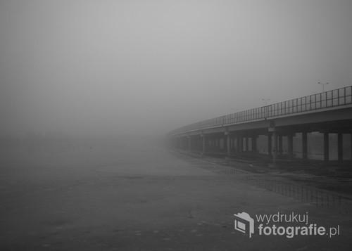 Most autostrady A1 w mglisty dzień
