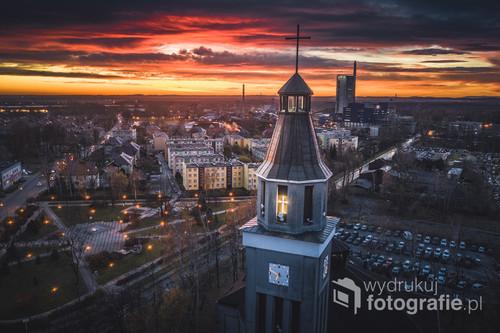Wieża kościoła na tle wschodu słońca