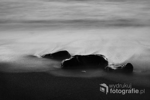 Tematem pracy jest fotografia czarno biała przedstawiająca wybrzeże Lanzarote   Praca pochodzi z cyklu