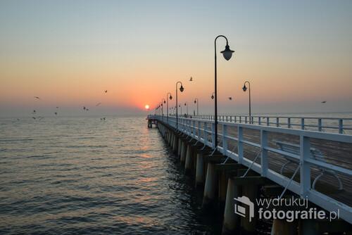 Fotografia przedstawia wschód słońca w Gdyni Orłowie. Zdjęcie wykonałem w chłodny październikowy poranek.
