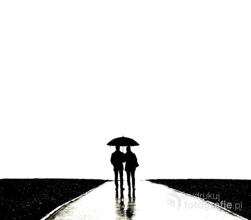 Choć deszcz, choć słota, ale młodzi po ślubie na nowej drodze życia.