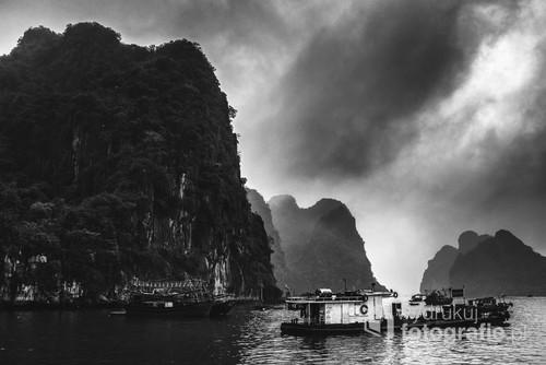 Start rejsu w nieturystyczną część zatoki - na wyspę Quan Lan w zatoce Bai Tu Long. Poza sezonem więc kompletnie bez turystów. I bez ślicznej pogody.