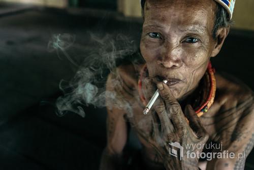Plemię Mentawai zamieszkuję wyspę Siberut niedaleko Sumatry w Indonezji.