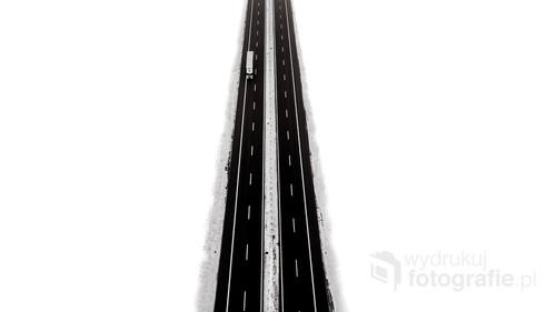 Zimowe zdjęcie autostrady A4 po obfitych opadach śniegu.