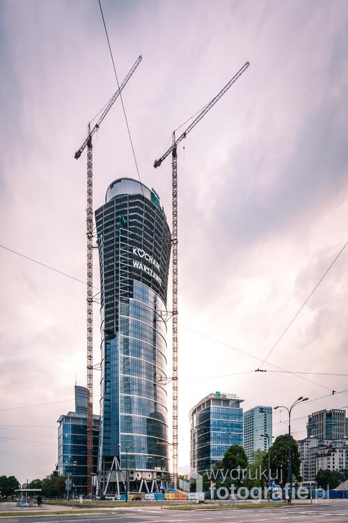 W trakcie budowy tego ponad dwustumetrowego wieżowca, na szkielecie jego konstrukcji umieszczono napis, który na stałe wpisał się w panoramę warszawskich wysokościowców.