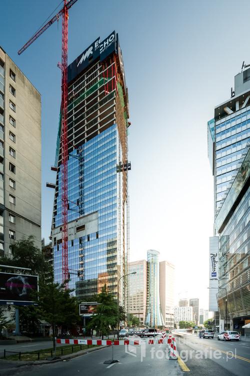 Widok z ulicy Grzybowskiej w kierunku zachodnim, z dominująca bryłą budowanego wieżowca Q22 wg. projektu pracowni Kurylowicz & Associates. Chciałem by ten kadr przypominał nieco ulice Nowego Jorku z amerykańskich filmów :)