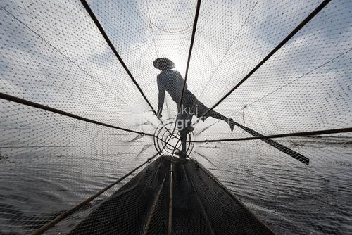 Birmańscy rybacy są mistrzami równowagi. Jezioro Inle, Myanmar. Fotografia zajęła 1 miejsce w szóstej edycji