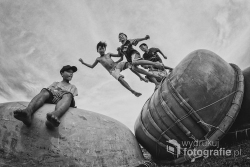 W wiosce rybackiej Mui Ne w Wietnamie spotkałem dzieciaki bawiące się pośród łodzi w kształcie łupiny orzecha. Chciałbym żeby wszystkie dzieci były zawsze uśmiechnięte i cieszyły się beztroskim dzieciństwem bez smartfona w ręku. Zdjęcie otrzymało wyróżnienie w kategorii ludzie w 13 edycji Wielkiego Konkursu Fotograficznego National Geographic.