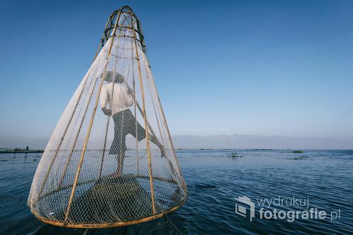 Birmańscy rybacy są mistrzami równowagi. Jezioro Inle, Myanmar.