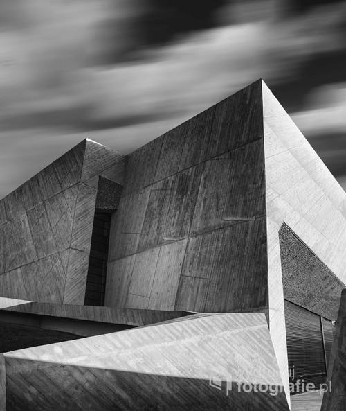 Zdjęcie przedstawia fragment budynku Centrum Kulturalno-Kongresowego Jordanki w Toruniu.