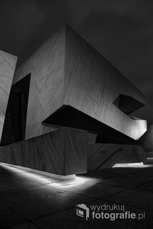 CKK Jordanki w wersji wieczorowej. Budynek CCK jest bardzo fotogeniczny, bryły o pięknych monumentalnych kształtach interesująco wyglądają przy świetle sztucznym.