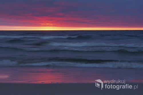 Zatrzymany ruch fal morskich w obłędnych kolorach zachodu słońca na Mierzei Wiślanej
