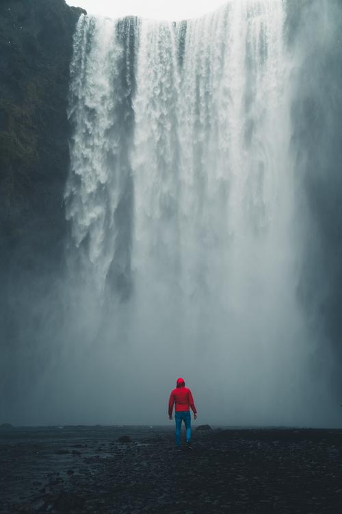 Islandia to idealne miejsce do zwiedzania przepięknych miejsc stworzonych przez naturę. Skogafoss to ogromna ściana wody, przy której człowiek wydaję się być naprawdę mały.